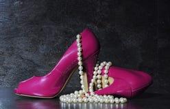 Damen zacken hohe Absätze mit langem Strang von weißen Perlen aus Lizenzfreies Stockfoto