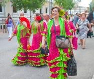 Damen in zusammenpassenden Flamencokleidern Lizenzfreie Stockfotos