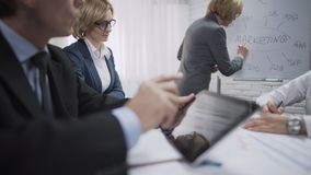 Damenberater, der Darstellung für Kollegen an der Marketing-Abteilung macht stock footage