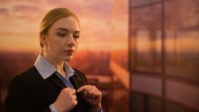 Damenchefstellung auf der Terrasse des Gesch?ftszentrums, ?berzeugt im Projekterfolg stock footage
