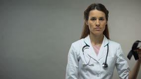 Damendoktor, der Trauerflor, Melanombewusstsein, Krankheitsniveau, Sterberate zeigt stock video footage