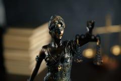 Damengerechtigkeit, Themis, die Statue von Gerechtigkeit im Himmel Rechtsanwaltgerichtsrechtsanwalt-Richtergerichtssaal stockbild