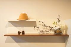 Damenhut, -pinecones und -blumen mit in diy Beton Stockfoto