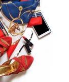 Damenlebensstilhintergrund mit Schuhen und Zusatz um Weiß lizenzfreies stockbild