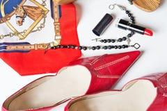 Damenlebensstilhintergrund mit Schuhen und Zusatz um Weiß lizenzfreies stockfoto