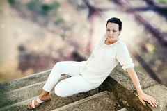 Damenmodell, sitzend auf Treppe Stockfotos