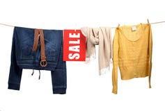 Damenmodeverkauf auf der Wäscheleine Stockbilder