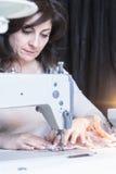 Damenschneiderin auf Nähmaschine lizenzfreies stockbild