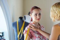 Damenschneiderin bei der Arbeit stockbilder