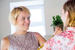Damenschneiderin bei der Arbeit lizenzfreies stockbild