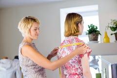 Damenschneiderin bei der Arbeit lizenzfreie stockfotos