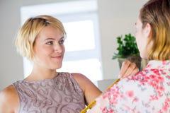 Damenschneiderin bei der Arbeit lizenzfreie stockfotografie