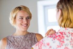 Damenschneiderin bei der Arbeit stockfoto