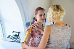 Damenschneiderin bei der Arbeit stockbild