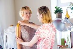 Damenschneiderin bei der Arbeit lizenzfreies stockfoto