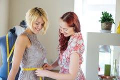 Damenschneiderin bei der Arbeit lizenzfreie stockbilder