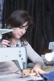Damenschneiderin, die das Muster näht stockfoto