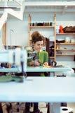 Damenschneiderin, die in ihrem Atelier arbeitet Lizenzfreie Stockfotos