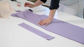 Damenschneiderin, die neue Kleidung herstellt stock video footage