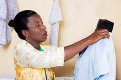 Damenschneiderin in ihrem Studio stockfoto
