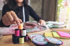 Damenschneiderin- oder Designerfunktion der jungen Frau als Modedesigner, Lizenzfreies Stockbild
