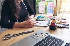 Damenschneiderin- oder Designerfunktion der jungen Frau als Modedesigner Stockfotos