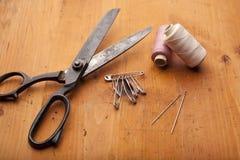 Damenschneiderin schier Handwerkskonzept mit Häkelarbeit auf hölzerner Beschaffenheit stockfotos