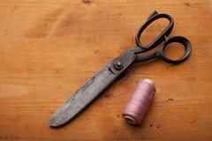Damenschneiderin schier Handwerkskonzept mit Spule auf hölzerner Beschaffenheit lizenzfreies stockbild