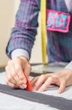 Damenschneiderindesign-Schneidermuster auf dem Tisch Lizenzfreie Stockfotografie