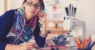 Damenschneiderinfrau, die Kleidungsmuster auf Papier entwirft lizenzfreies stockbild