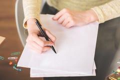 Damenschreiben auf Papier lizenzfreie stockfotografie