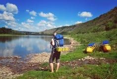 Damenwanderer, der Ansicht des Flusses genießt Lizenzfreie Stockfotografie