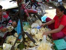 Damer för marknaden för Cambodja matfrukt som säljer stålar, bär frukt Royaltyfri Fotografi