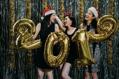 Damer i julhelgdagsafton som firar nytt år arkivfoto