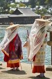 Damer i traditionell kläder på ön Miyajima arkivfoto