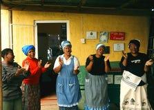 Damer sjunger och applåderar i en församling i Sydafrika Fotografering för Bildbyråer