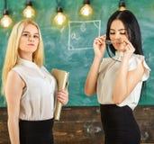 Damer som är klara att starta den privata kursen, svart tavla på bakgrund Begrepp för privat kurs Attraktivt överanstränga för lä royaltyfria foton