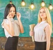 Damer som är klara att starta den privata kursen, svart tavla på bakgrund Begrepp för privat kurs Attraktivt överanstränga för lä arkivbilder