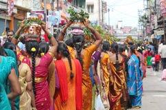 Damer som bär Bonalu, lägger in, Hyderabad, Indien Arkivfoton
