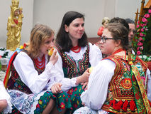 Damer som bär krakowski för stró j på St Stanislaus Day Arkivbild