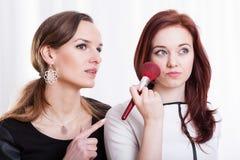 Damer som förbereder smink Arkivbild