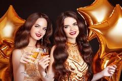 Damer som klirrar exponeringsglas, partiberöm Lycklig kvinnacongratu royaltyfria foton