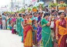 Damer som står i kö på dagen av Bonalu Royaltyfri Fotografi