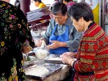 Dames âgées faisant des ravioli Image libre de droits
