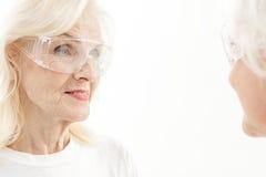 Dames âgées gaies utilisant les lunettes protectrices Photo libre de droits