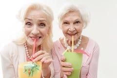 Dames âgées heureuses buvant des cocktails Photos stock