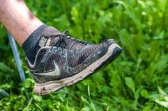 Dames âgées portant la chaussure de sport de Nike en état très mauvais image libre de droits
