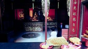 Dames âgées qui rendent hommage à l'image de Bouddha dans le temple Photographie stock