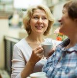 Dames âgées sur le balcon avec du café Photos libres de droits