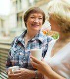 Dames âgées sur le balcon avec du café Image stock